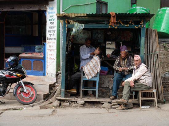Fotografía en color de una peluquería en la región de Ilam, Nepal. No es de Lonely Planet