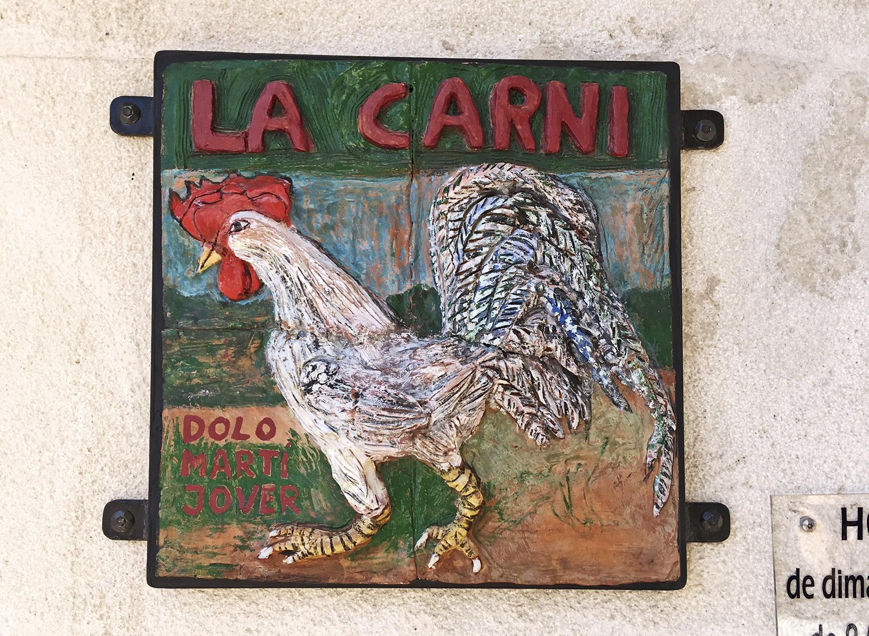 Ilustración de una gallina en un cartel artesanal de carnicería. Cocentaina.