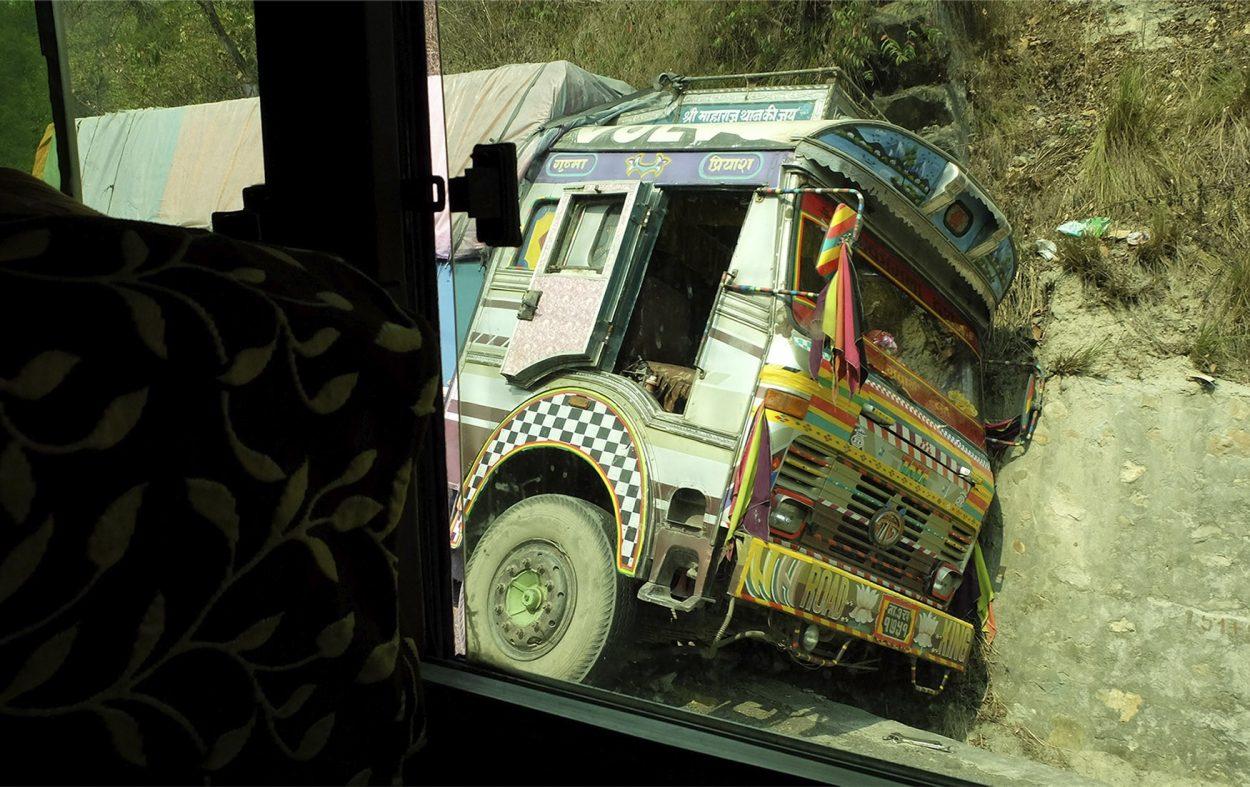 Un camión accidentado en una carretera de Nepal