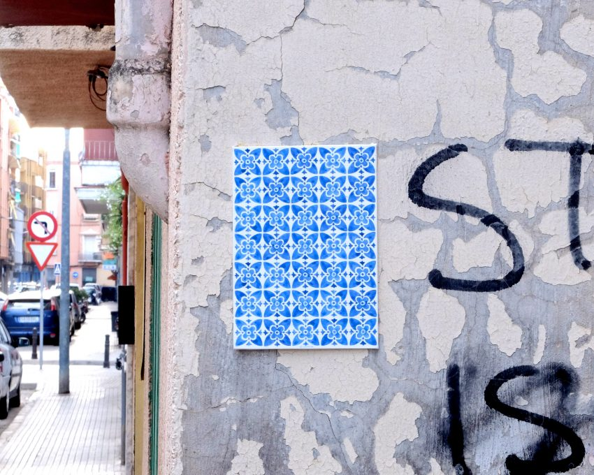 Arte urbano en la ciudad de Gandia, La Safor (Valencia). Azulejos en una pared vieja en una calle sucia