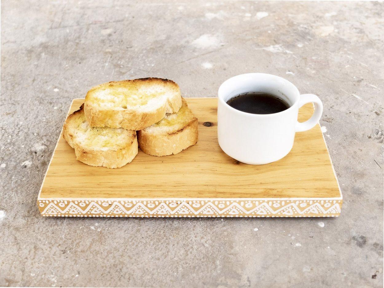 Plato de madera hecho a mano para tazas de café y desayuno o brunch.
