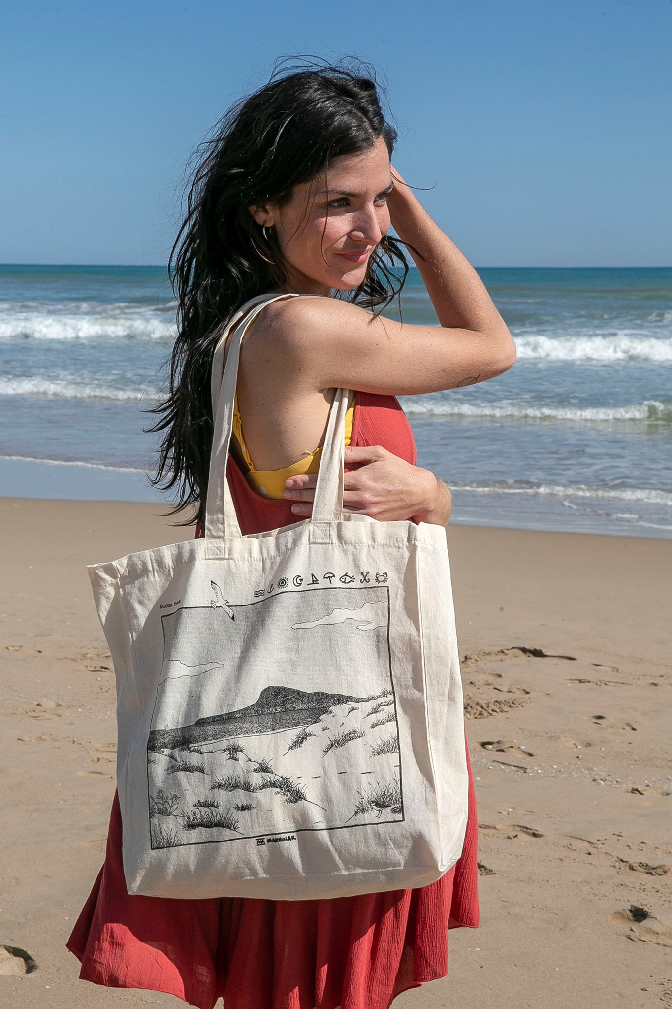 Tote bag con una ilustración de la platja d´Oliva en Valencia. Dibujo en blanco y negro de la safor.