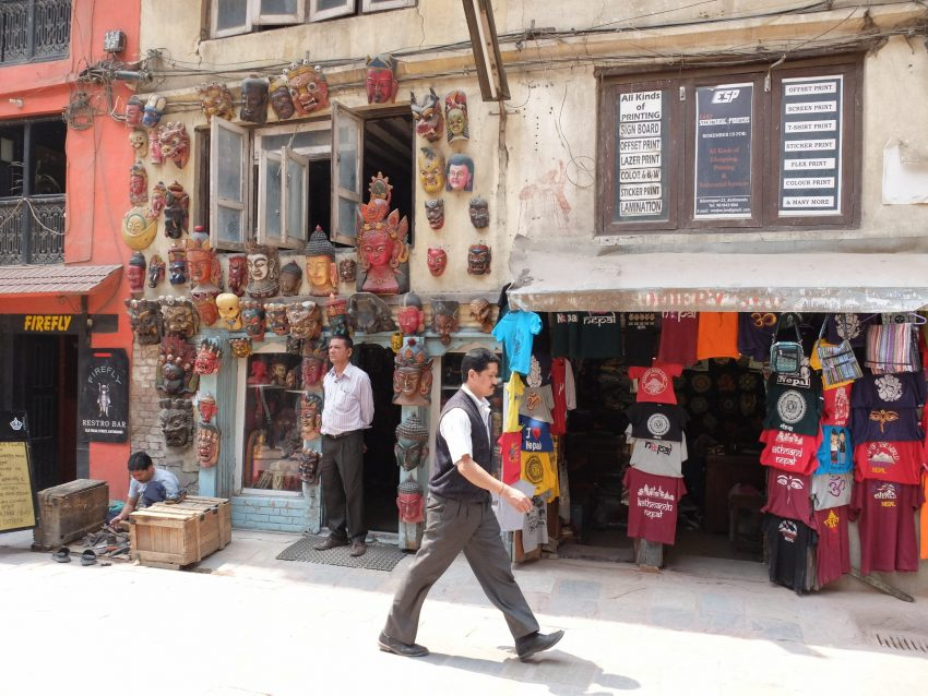Fotografía documental de calles de Kathmandu en Nepal. Vida social callejera. Nepalís locales.