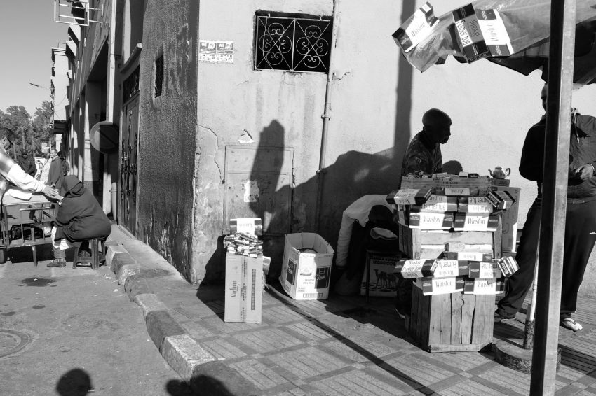 Fotografía en blanco y negro de Marrakech, Marruecos. Puesto ambulante tabaco