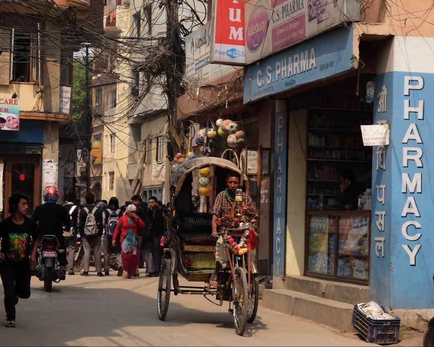 Fotografía en color del barrio turístico de Thamel en la ciudad de Katmandú, Nepal