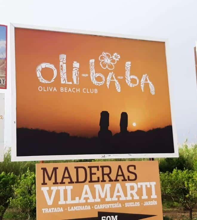Diseño de valla publicitaria exterior billboard con un cartel del chiringuito olibaba beach club en Oliva (valencia)