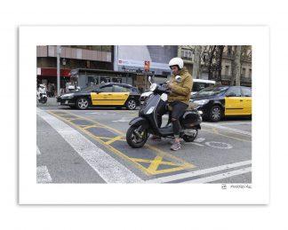 Una vespa, un móvil y una ciudad como Barcelona