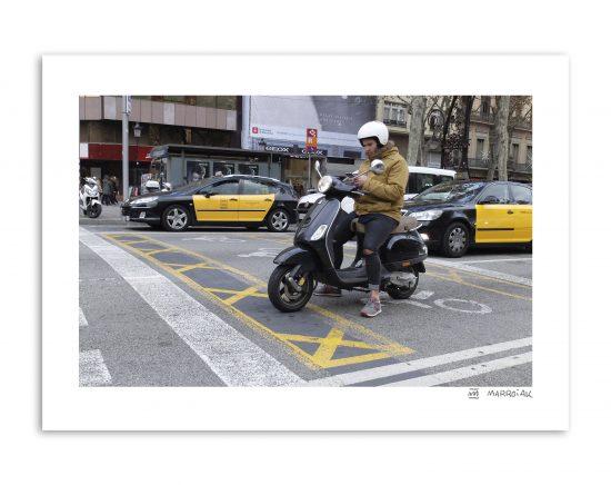 Fotografía en color de una vespa, un móvil y una ciudad como Barcelona